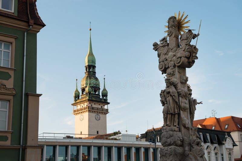 Columna de la trinidad santa y torre vieja de ayuntamiento en Brno, República Checa fotos de archivo libres de regalías