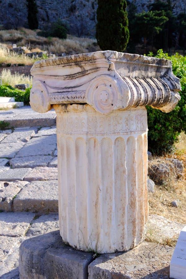 Columna de mármol jónica del griego clásico, santuario de Apolo, Delphi, Grecia imagen de archivo