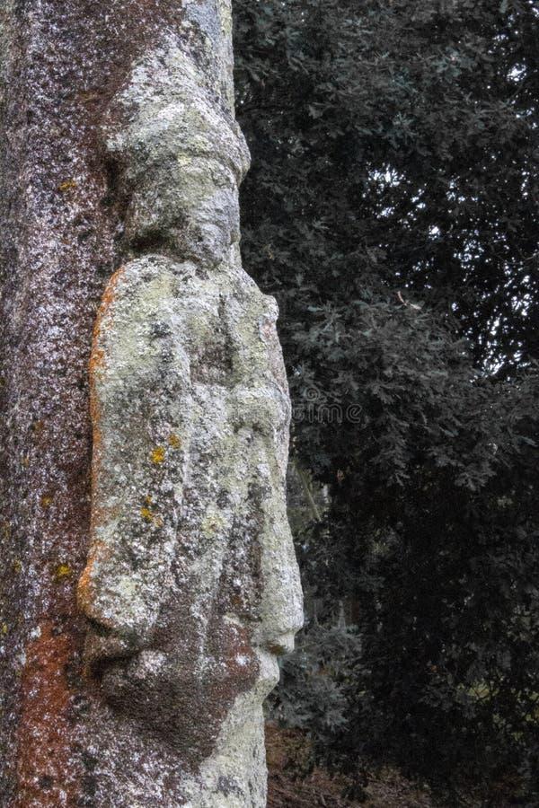 Columna de piedra antigua de Saint James en fondo del árbol Patrón de peregrinos Símbolo de Camino de Santiago la manera de santo fotos de archivo