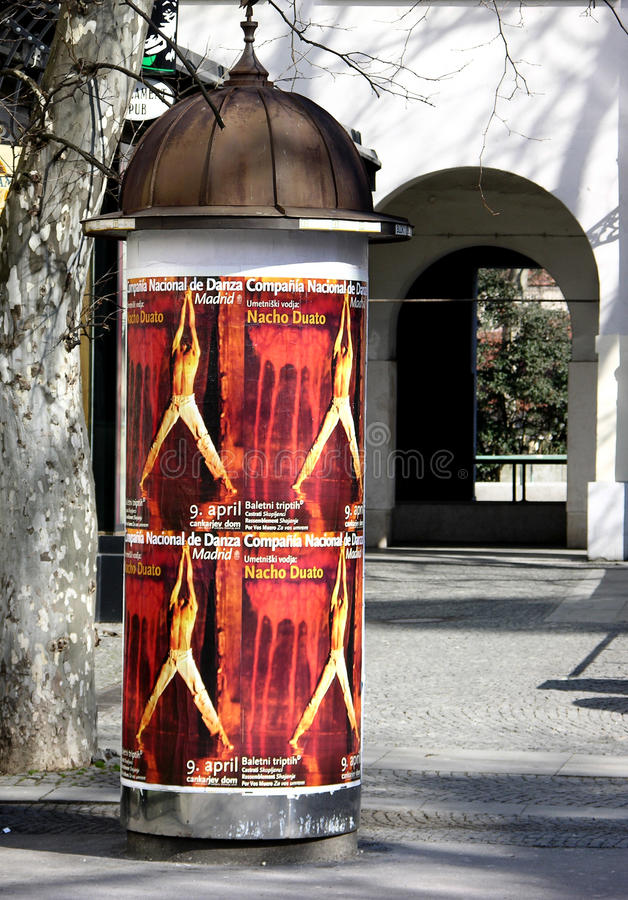 Columna de publicidad antigua cilíndrica en Ljubljana, Eslovenia imagenes de archivo