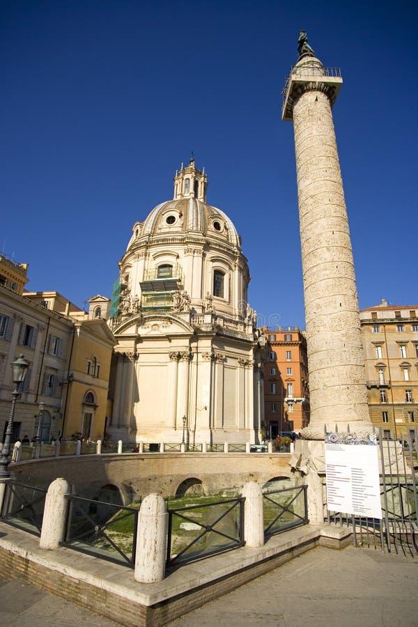 Columna de Roma Trajan la iglesia de St Mary el foro de Trajan foto de archivo