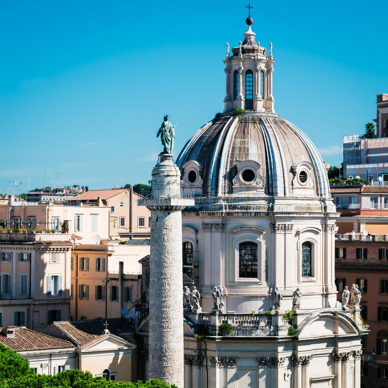 Columna de Trajan en el foro de Trajan en Roma imagen de archivo libre de regalías