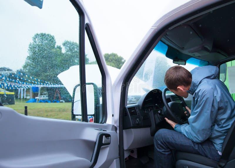 Columna del volante del control del hombre del conductor en la furgoneta del cargo imagenes de archivo