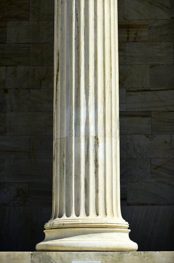 Columna en el fondo de mármol Pilar de piedra en al aire libre soleado Arquitectura, estructura y diseño Ayuda y decoración fotos de archivo