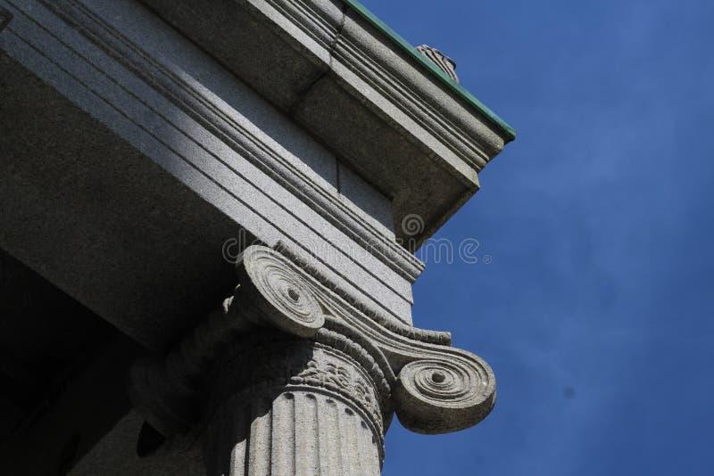 Columna lonic neoclásica del estilo con el cielo azul en el fondo foto de archivo libre de regalías
