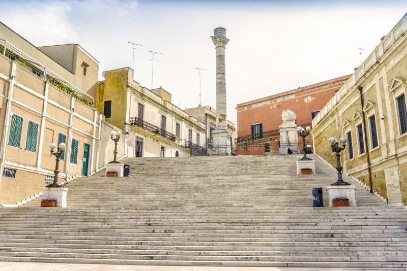 Columna romana en el centro de ciudad de Brindisi, Italia del sur imágenes de archivo libres de regalías