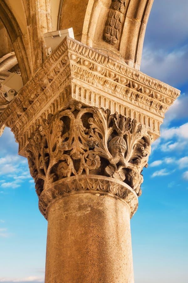 Columna tallada del palacio del rector en Dubrovnik fotografía de archivo