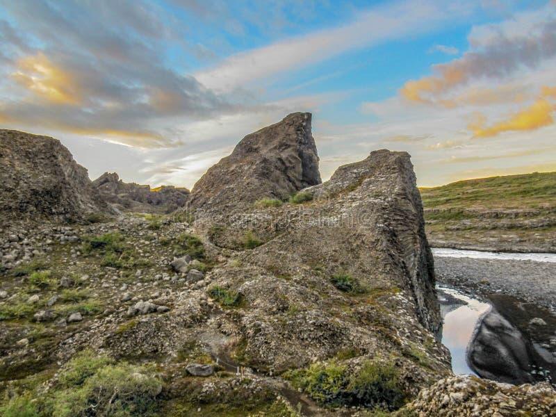 Columnar basalt och is- flod Jokulsa för unika bildande en Fjollum i Vesturdalur, Asbyrgi, nordost av Island, Europa fotografering för bildbyråer