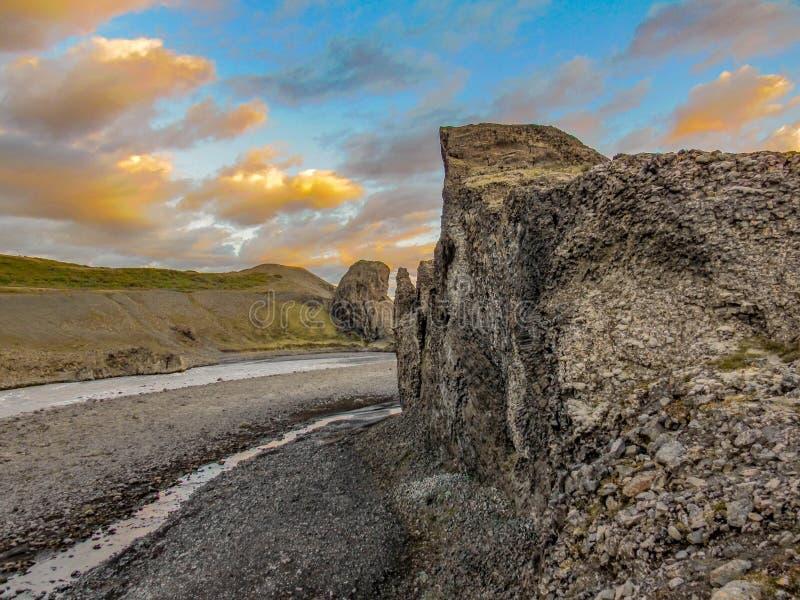 Columnar basalt och is- flod Jokulsa för unika bildande en Fjollum i Vesturdalur, Asbyrgi, nordost av Island, Europa royaltyfria bilder