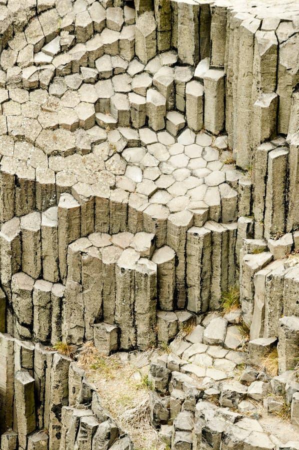 Columnar fogad ihop basalt mafic extrusive eld- vaggar Panska Skala, Kamenicky Senov Tjeckien royaltyfri bild