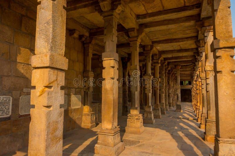 Columnas con la piedra que talla en el patio de la mezquita del Quwwat-UL-Islam, complejo de Qutub Minar, Delhi, la India imagen de archivo libre de regalías