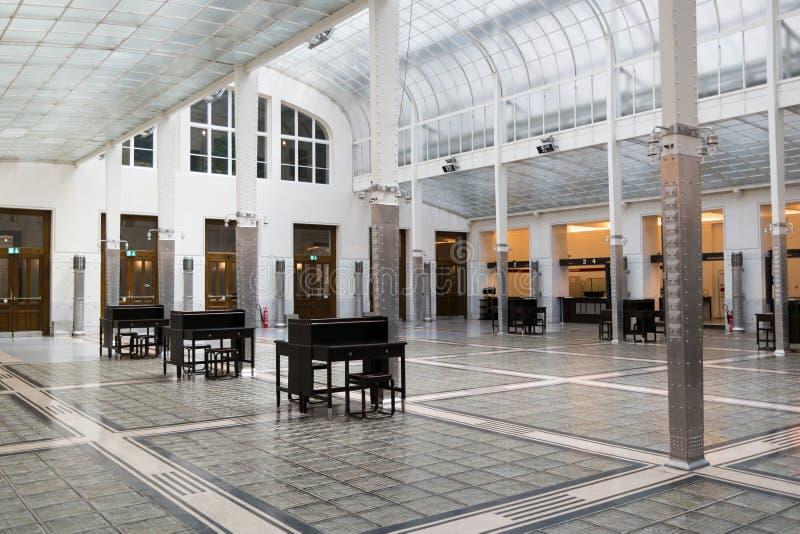Columnas de acero en pasillo del banco de ahorros postales austríaco, Viena fotos de archivo libres de regalías