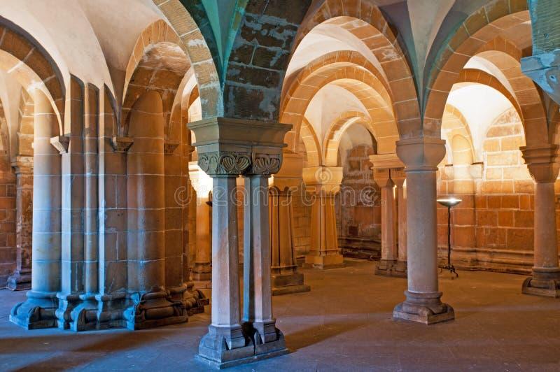 Columnas de la cripta imagenes de archivo