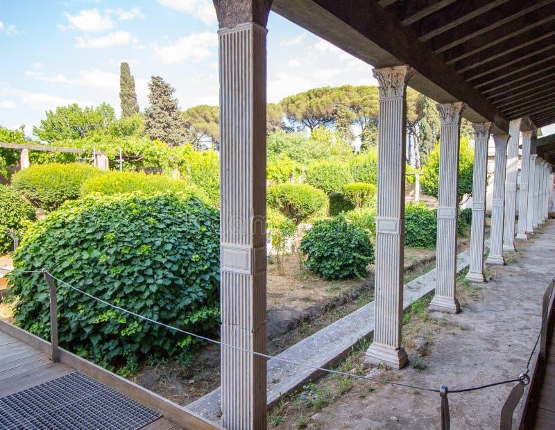 Columnas de la terraza del jardín en el chalet romano, Pompeya foto de archivo
