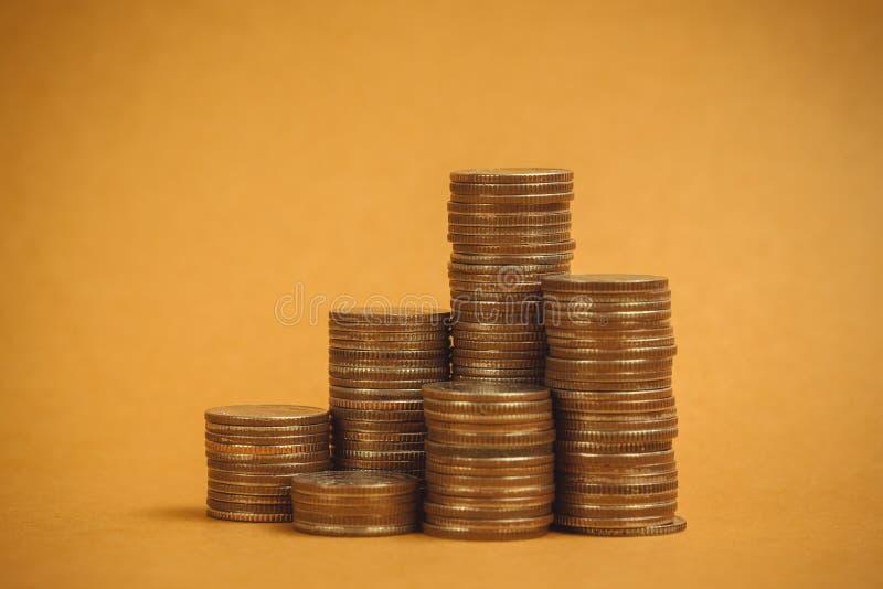Columnas de las monedas, pilas de monedas en el fondo marrón, negocio a imágenes de archivo libres de regalías