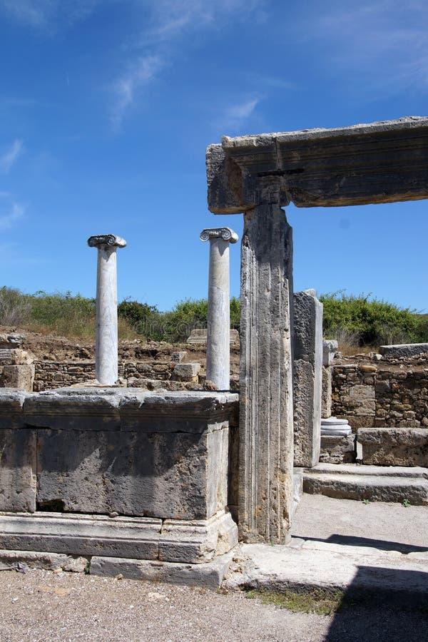 Columnas de mármol dóricas del ágora en la ciudad del griego clásico de imagen de archivo libre de regalías