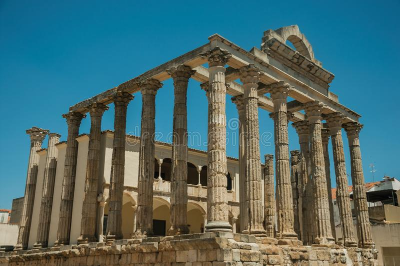Columnas de mármol en el templo de Diana en Mérida imagen de archivo
