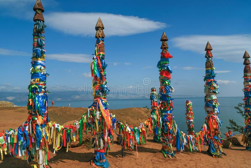 Columnas de madera sagradas con las cintas coloridas, lago Baikal fotos de archivo libres de regalías