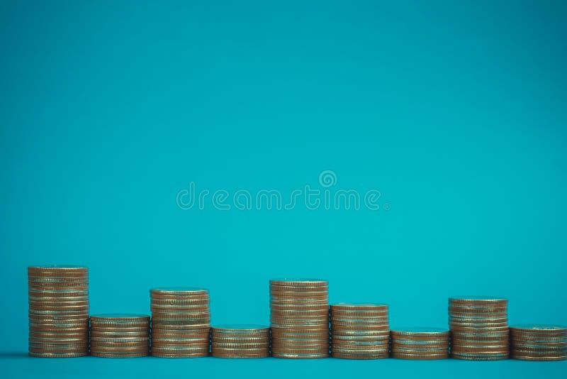 Columnas de monedas, pilas de monedas en fondo azul, negocio y concepto financiero fotografía de archivo