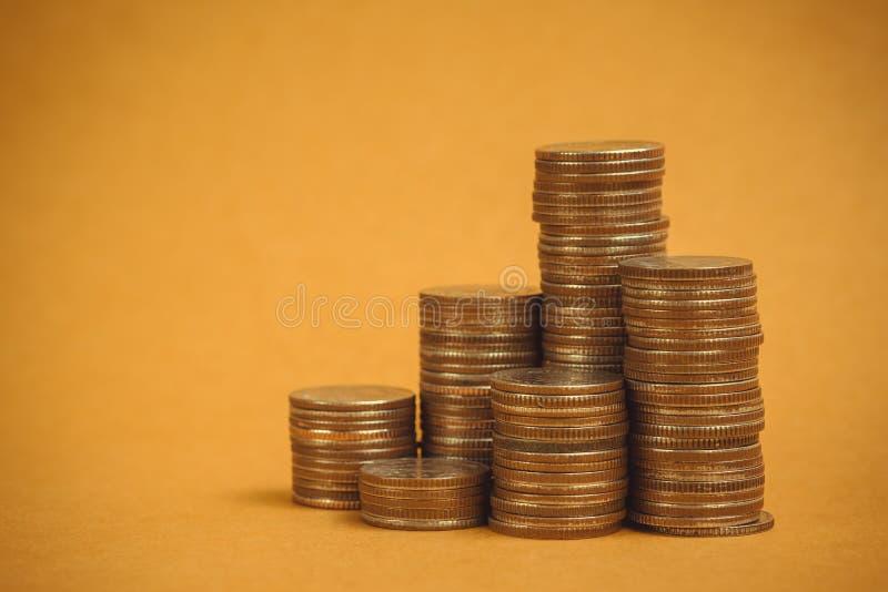 Columnas de monedas, pilas de monedas en fondo marrón, negocio y concepto financiero imagen de archivo libre de regalías