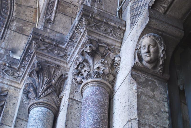 Columnas de piedra adornadas en iglesia antigua imagen de archivo