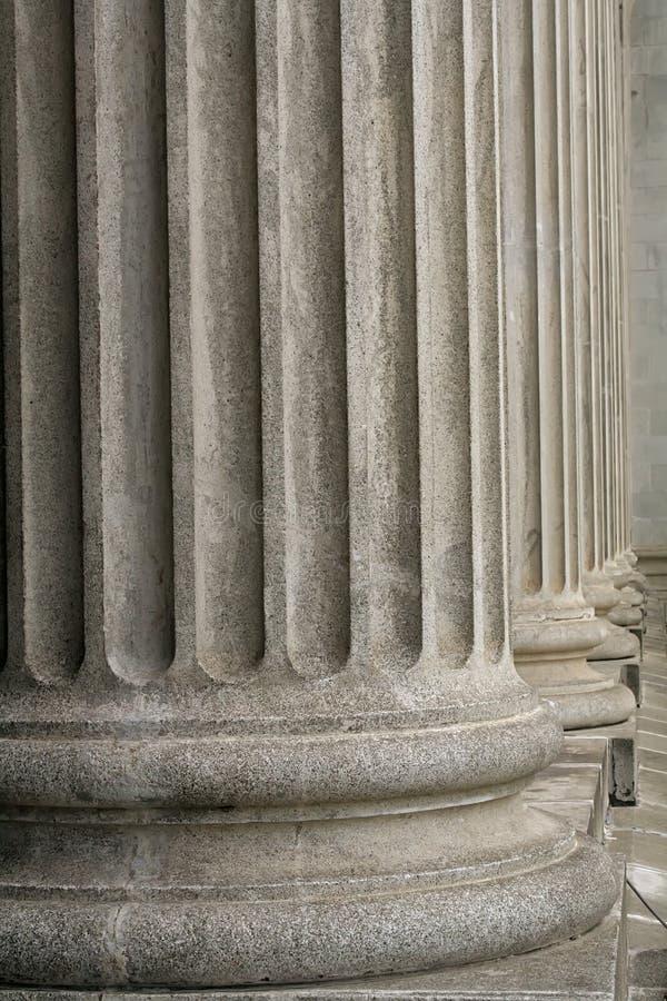 Columnas de piedra de un edificio judicial de la ley