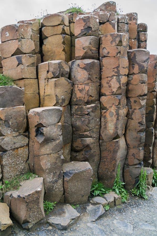 Columnas del basalto en el terraplén del gigante, Irlanda del Norte imagenes de archivo
