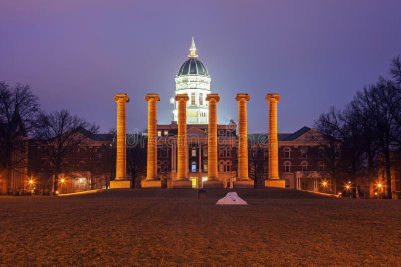 Columnas delante de la universidad del edificio de Missouri en Columbia imagen de archivo libre de regalías