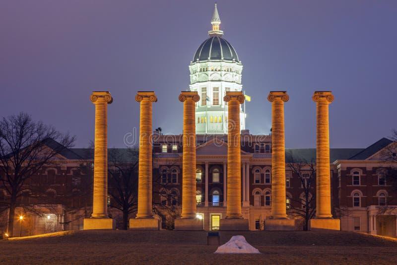 Columnas delante de la universidad del edificio de Missouri en Columbia imágenes de archivo libres de regalías