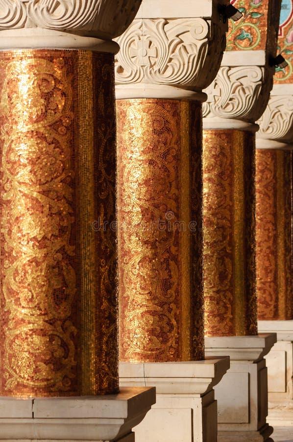 Columnas en un monasterio ortodoxo antiguo ilustración del vector