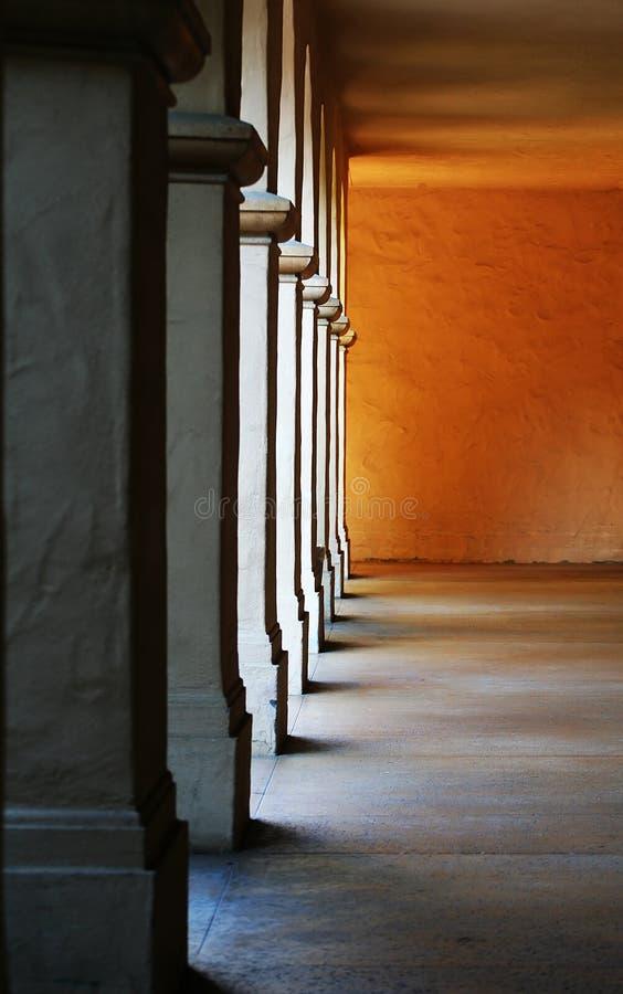 Columnas (foco en columna media) foto de archivo
