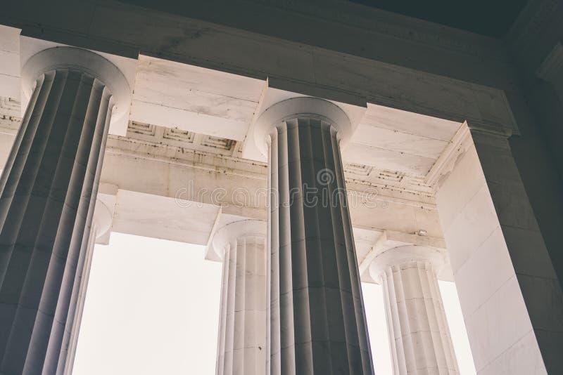 Columnas griegas en un edificio con el cielo imagenes de archivo