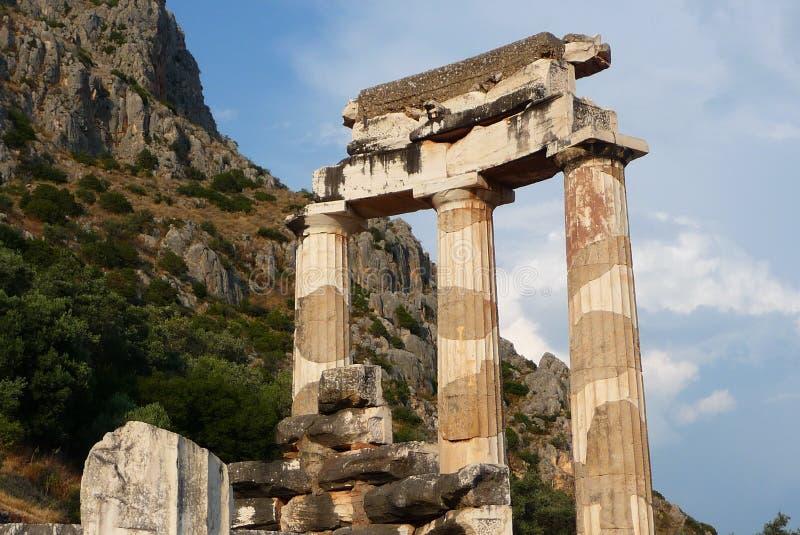 Columnas griegas sobre el acantilado imagen de archivo libre de regalías