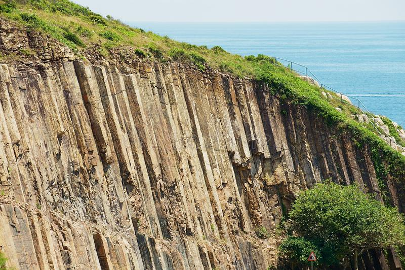Columnas hexagonales del origen volcánico en Hong Kong Global Geopark en Hong Kong, China fotografía de archivo