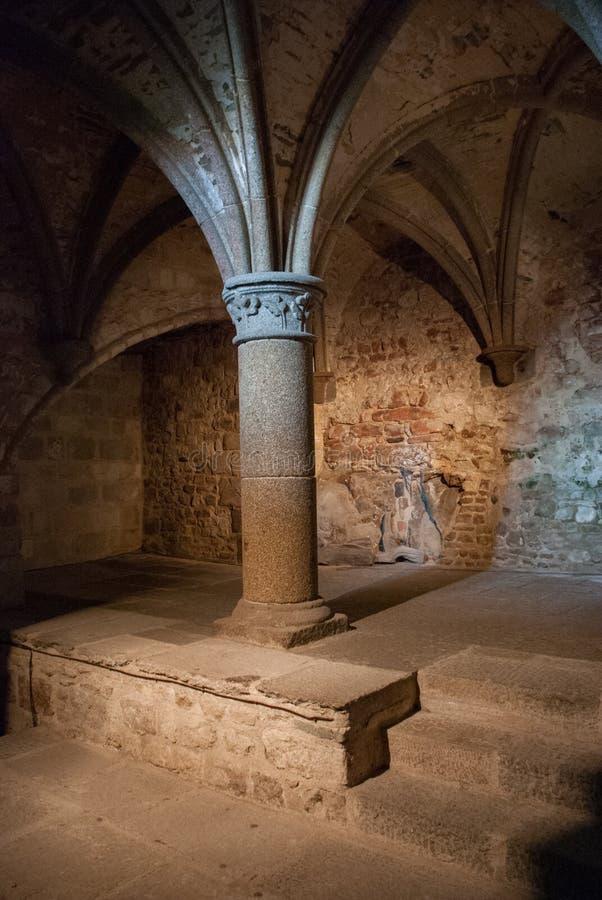 Columnas interiores de Mont Saint Michel France imagenes de archivo