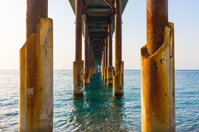 Columnas oxidadas de un embarcadero en el mar imágenes de archivo libres de regalías