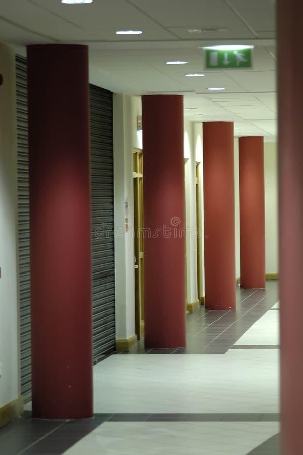 Columnas rojas en pasillo fotografía de archivo libre de regalías