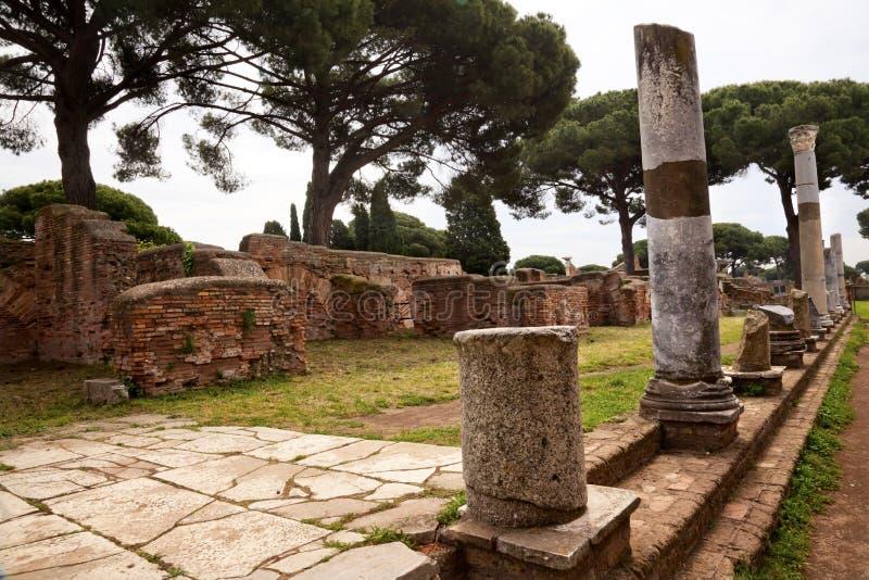 Columnas romanas antiguas Ostia Antica Roma imagen de archivo