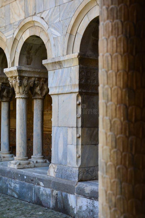 Columnas y archs del monasterio de Elne imagen de archivo