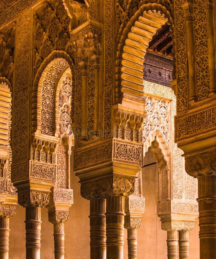Columnas y capitales tallados, arcos de España, de Andalucía, de Alhambra, moros, complejos imagen de archivo libre de regalías