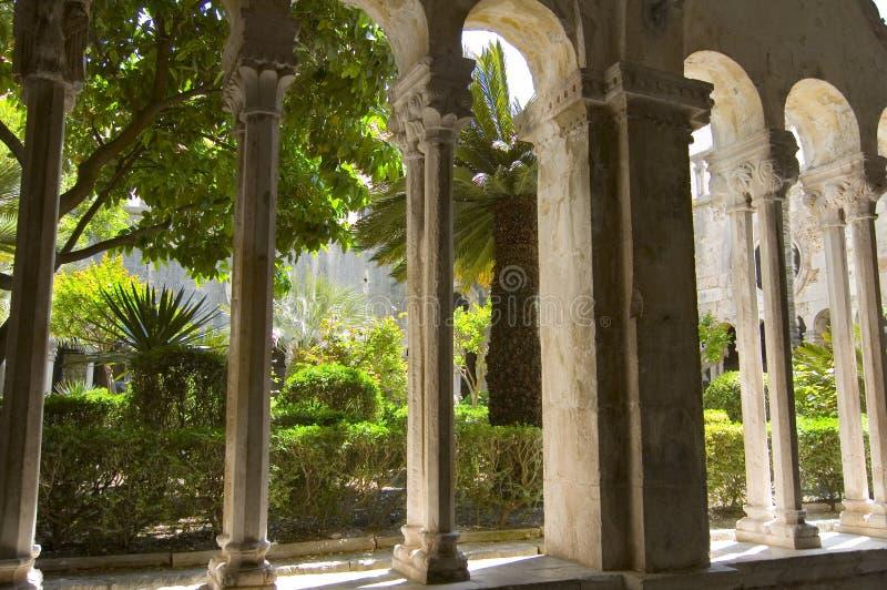 Columnas y jardín fotografía de archivo
