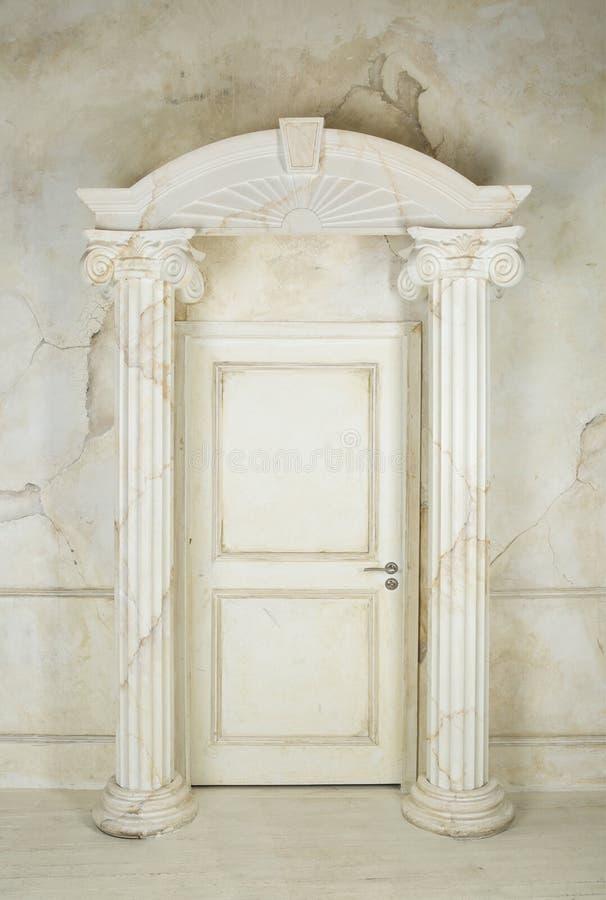 Columnas y a puerta cerrada foto de archivo