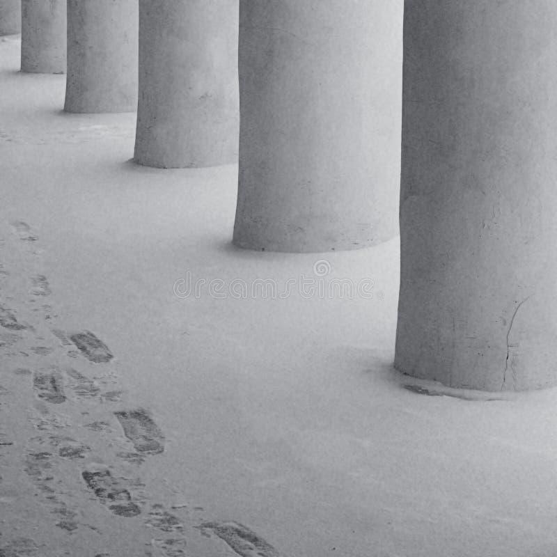 Columnas y rastros en la nieve foto de archivo libre de regalías