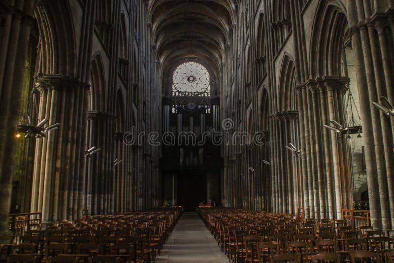 Columnas y visión central dentro de una catedral gótica medieval hermosa en Europa imagen de archivo libre de regalías
