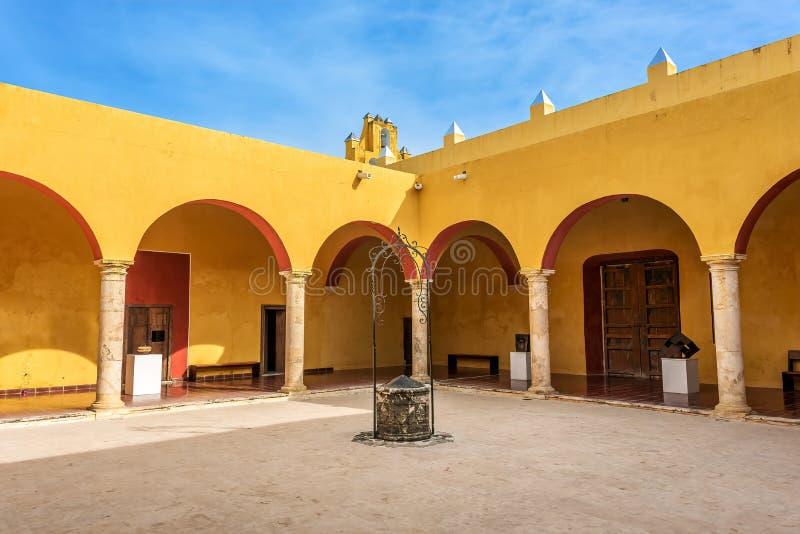Columnata amarilla viva debajo de los cielos azules en México foto de archivo