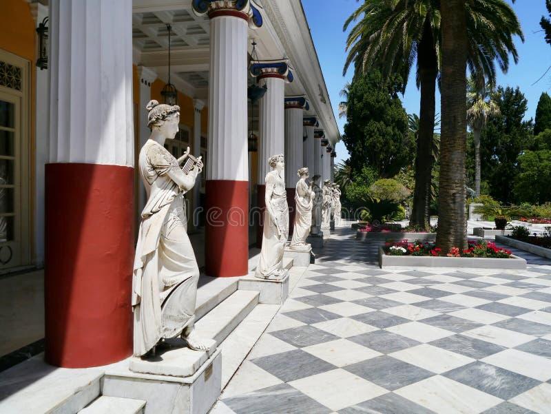Columnata de estatuas, palacio de Achilleion, Corfú fotografía de archivo libre de regalías