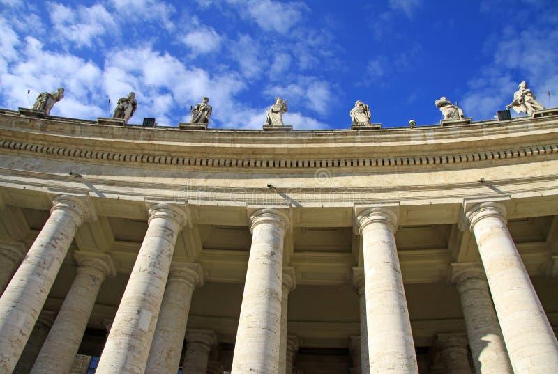 Columnata de la basílica de San Pedro Ventanas viejas hermosas en Roma (Italia) fotos de archivo