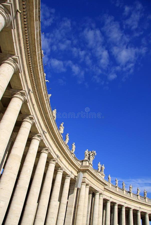 Columnata de la basílica de San Pedro Ventanas viejas hermosas en Roma (Italia) fotografía de archivo libre de regalías