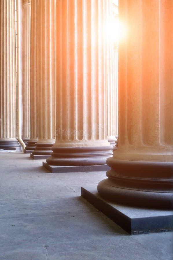 Columnata de la catedral de Kazán en St Petersburg, Rusia con la luz del sol que se rompe a través de las columnas fotografía de archivo libre de regalías