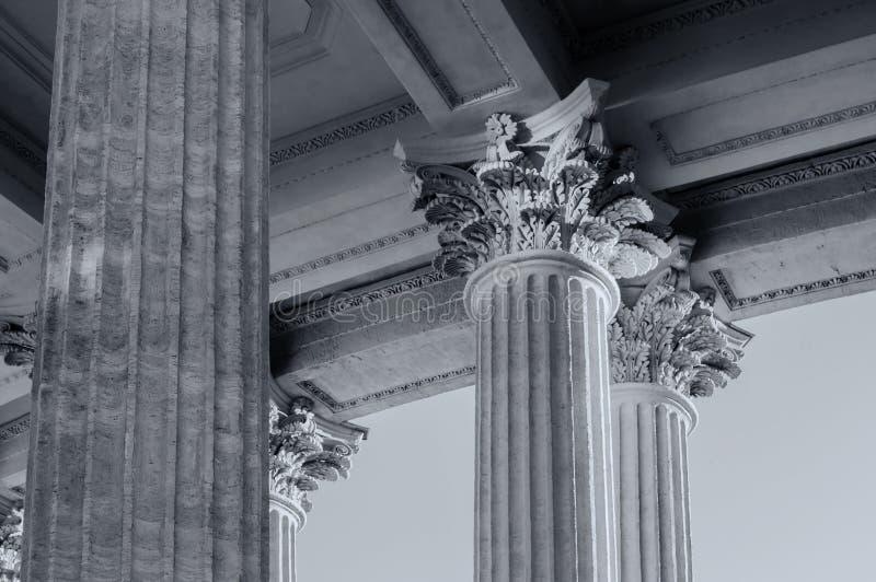 Columnata de la catedral de Kazán en St Petersburg, Rusia Fondo de la arquitectura de St Petersburg en tonos del bw imagenes de archivo